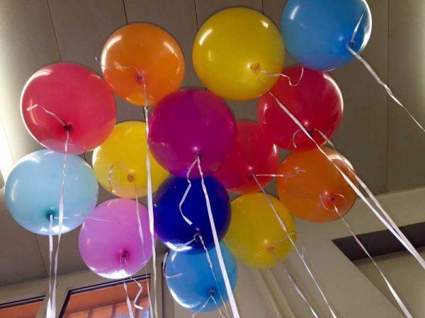 14-heliumgefuellte-Ballons-mit-kleiner-Einwegflasche